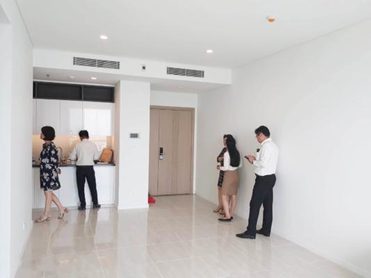 Hình ảnh chủ đầu tư Đại Quang Minh đang bàn giao căn hộ Sadora cho người mua nhà